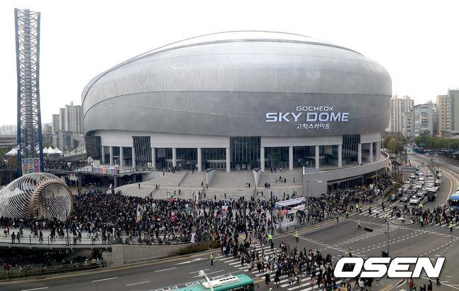 這個名為Sky Dome的巨蛋,是韓國首座巨蛋,不但可以作為運動賽事的競技場,也可以做為公演場地,未來將會作為棒球場使用!而完工後的第一場演唱會就交由人氣爆棚的EXO作為演唱會使用!