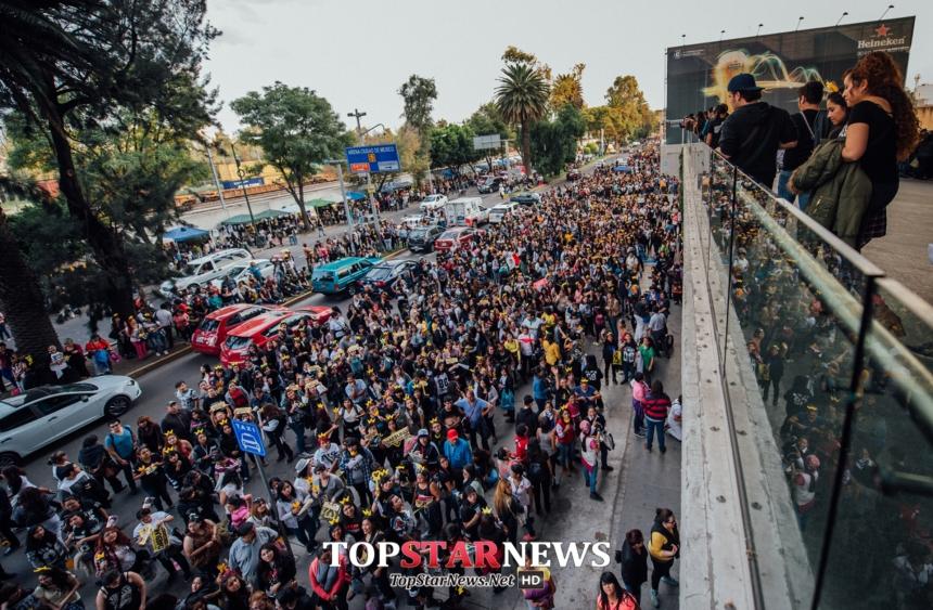 南美其實是KPOP的大本營之一,讓我們來看看他們有多愛BIGBANG?? 在公演前幾小時就開始排隊是一定要的,場外也是各種cover dance、BIGBANG歌曲合唱,好似一場小型嘉年華~