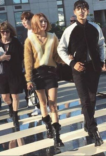 這次在紐約舉辦的 Coach showcase中也被捕捉到了兩人挽著手的親密模樣