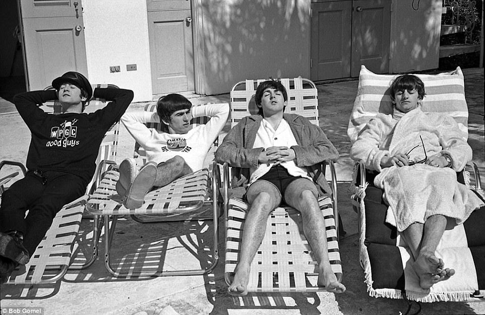 1964年,在邁阿密海灘的披頭四樂團 【The Beatles,是1960年在利物浦組建的一支英國搖滾樂團,他們被廣泛地承認為史上最偉大、最有影響力的搖滾樂團,探索了各種音樂類型,從流行謠曲到迷幻搖滾,經常創新地運用經典元素。】