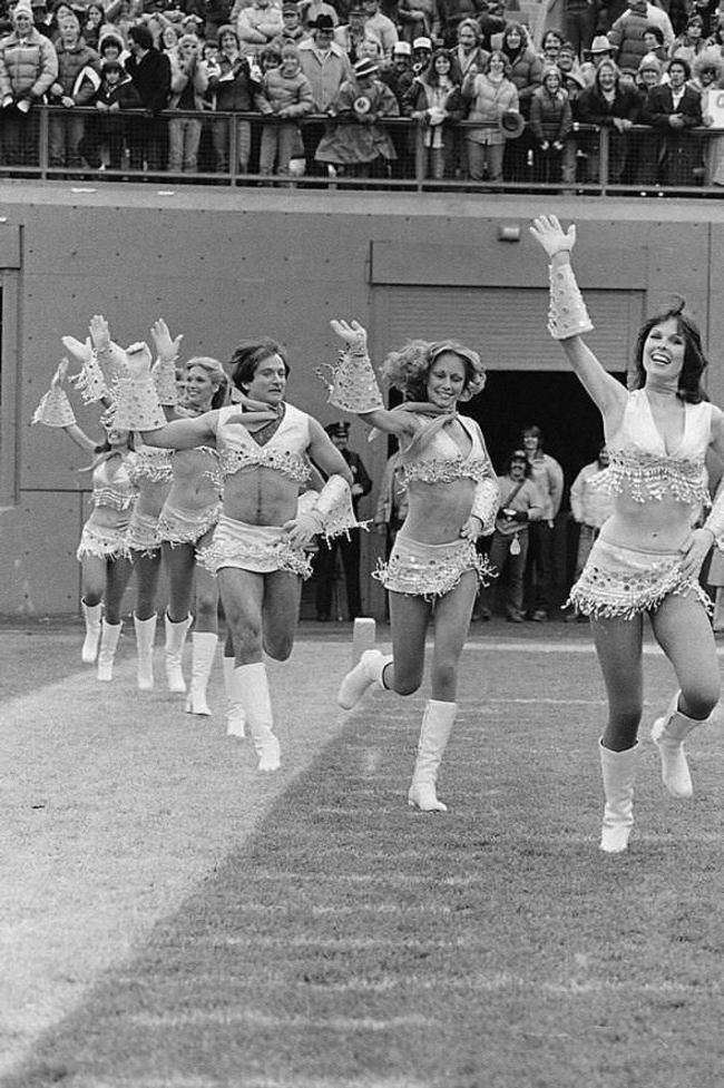 1980年,化身美式足球俱樂部「丹佛野馬」拉拉隊員的羅賓·威廉斯