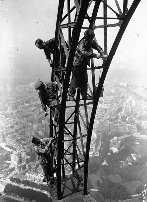 1932年,給艾菲爾鐵塔刷漆的工人們