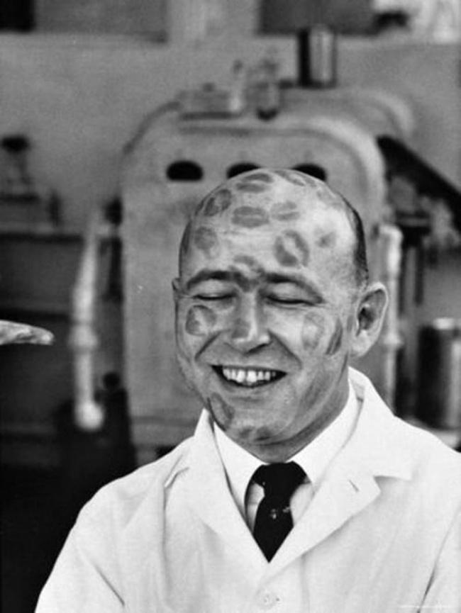 1950年,口紅產品測試中