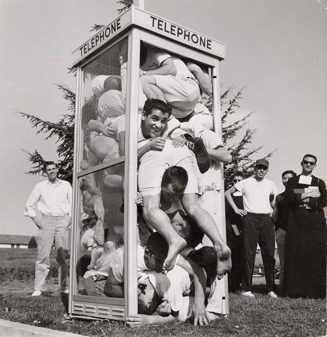 1959年,公共電話亭進入最多人的世界紀錄誕生...共22人