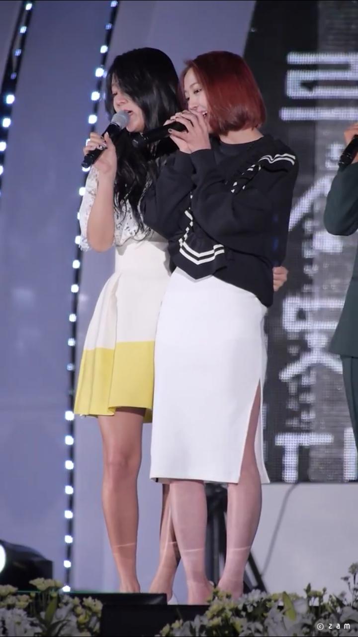 更不用說這張讓粉絲都要掉眼淚的畫面,韶宥必須扶著多順才能勉強在舞台上唱歌T0T