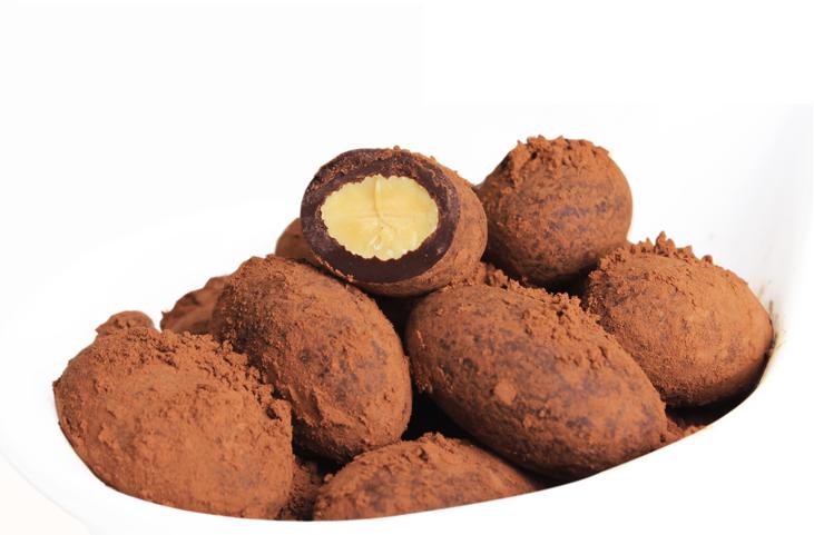 巧克力和杏仁的結合可以說是甜點界的「天作之合」,絲滑的巧克力包裹著香脆的杏仁,一入口,美味就在嘴裡爆開了!今天小編要教大家的就是「巧克力杏仁球」!