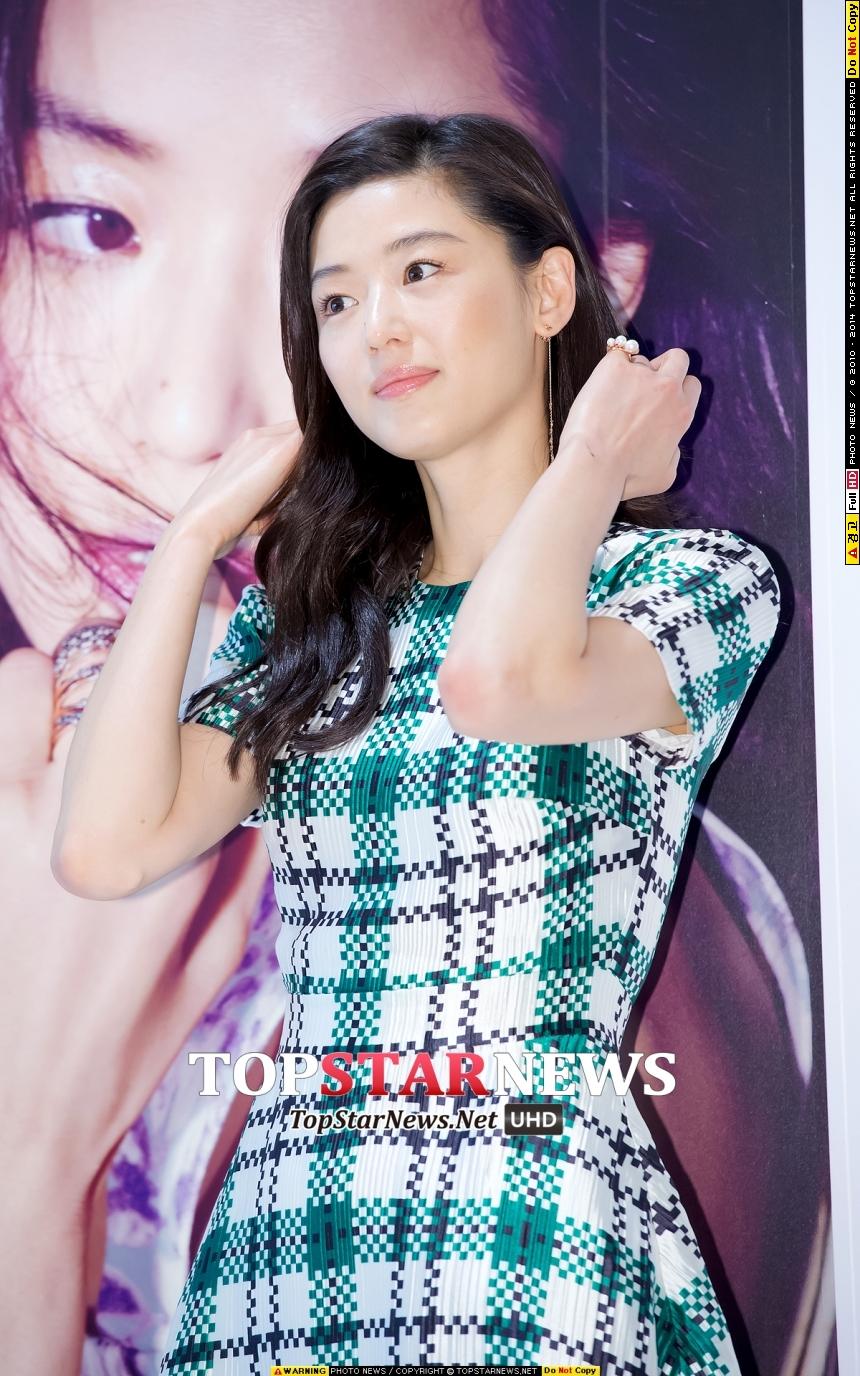 韓國女星們除了五官相像,還有一個共通點,就是水潤的裸妝。不管是自拍照、還是活動照、劇照、80後或90後,你都會發現它們的底妝永遠是清一色的水光肌。