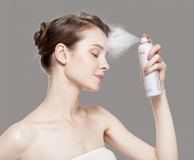 首先所有類型的噴霧都要離開臉20cm的距離從上往下噴,如果靠的太近,噴出來的顆粒太大會不易吸收。然後還要確定噴霧的類型,如果是液體的,使用之前一定要晃勻再噴,如果是氮氣的就一定不能晃。