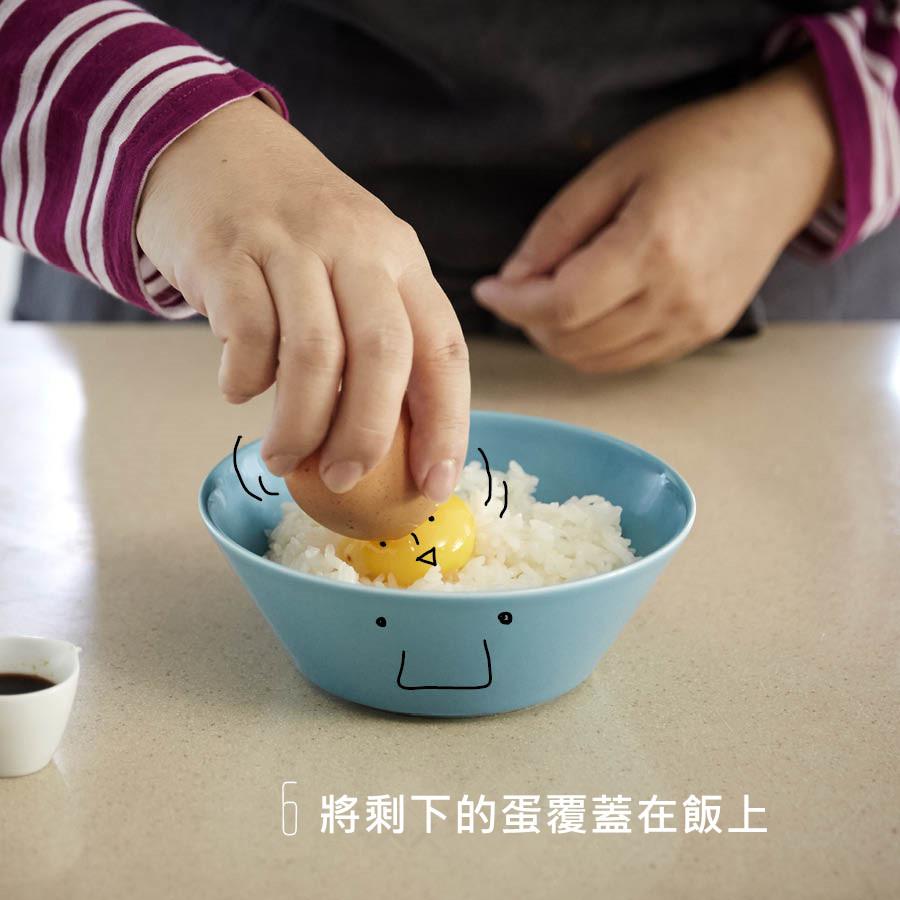 將蛋黃覆蓋飯上 就快完成囉!
