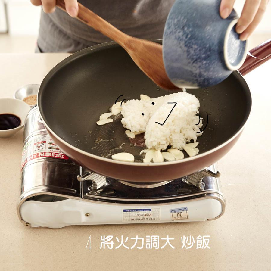 放入飯後開成大火快炒 輕壓讓飯粒粒分明 可以讓飯更容易吸附食材香氣喔!