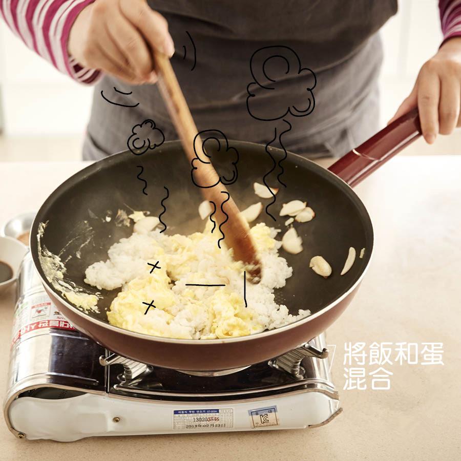 炒蛋至一定程度後和飯一起拌炒