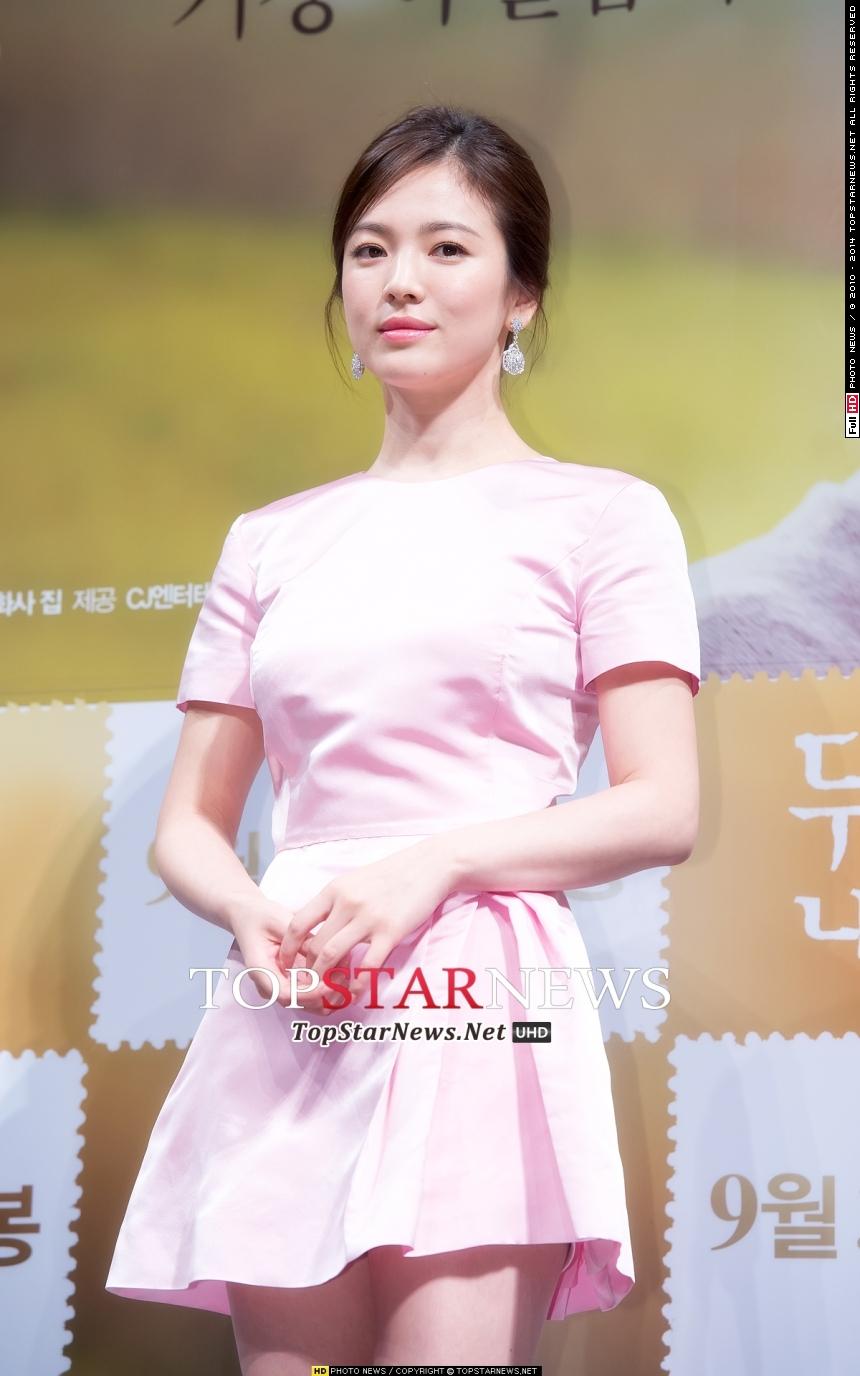 韓國女星的美妝能在世界大放異彩首先得益於她們的水光肌,水光肌的代表女星宋慧喬更是被稱為「凍齡女神」,即使近距離看也看到不一點毛孔,皮膚細膩光滑的如PS一般。