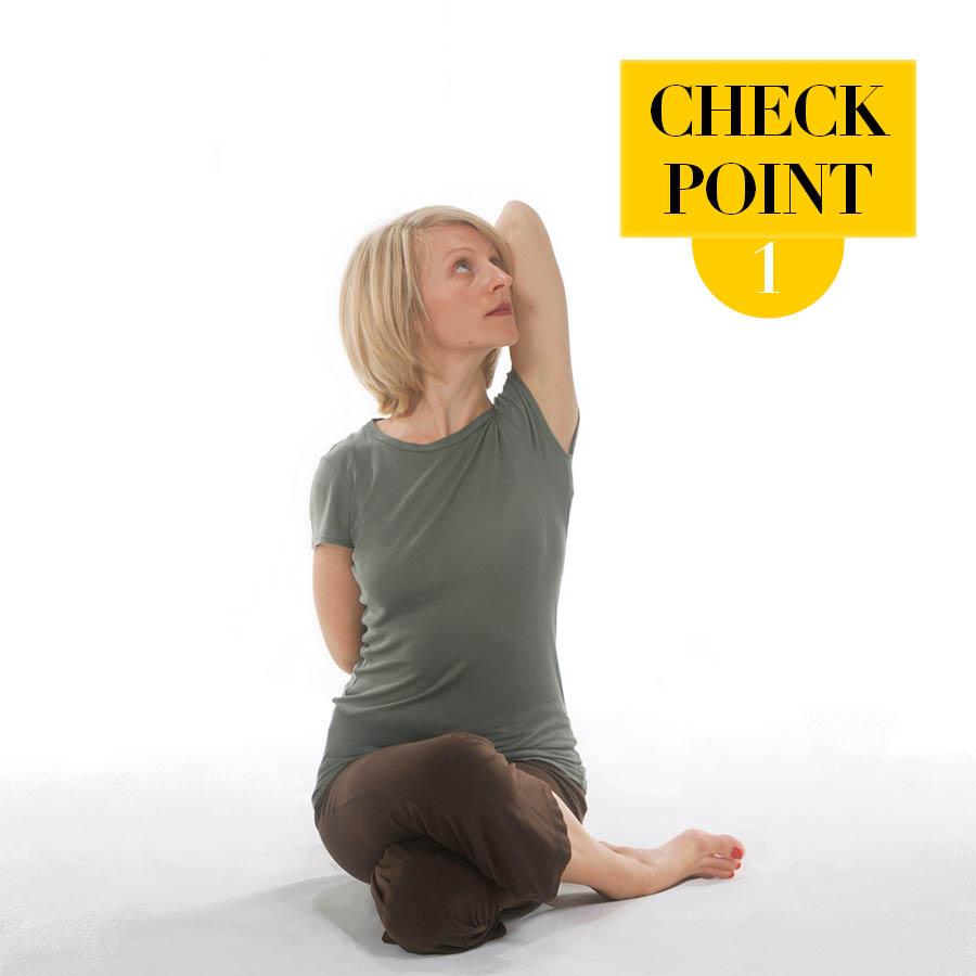 第一個牛頭動作特別簡單,相信大家都能堅持下來,但是做的時候要注意的一點是:兩手抓在一起的時候,手臂的模樣和肩膀的高度都很重要。