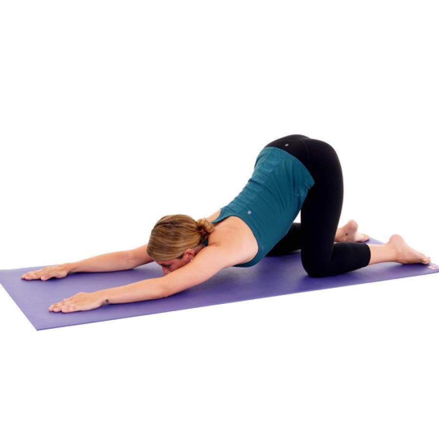 一開始兩隻手臂交替做這個動作,等後面熟悉了之後,就可以兩隻手臂同時向前伸做這個動作了!這樣更有助於刺激兩隻手臂的贅肉。