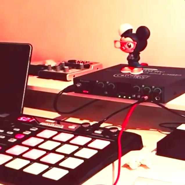 大家有發現燦烈的桌上有什麼重點嗎? 對對對(大力點頭)就是那隻小鼠公仔!