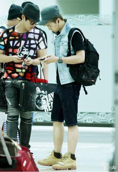 除了歌迷送的禮物外,2PM 的 Jun. K 也被歌迷拍到從日本購買 STAYREAL 回韓國。