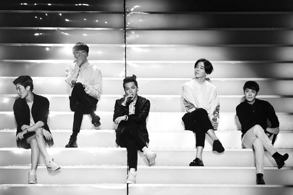 他們也有在韓國、日本舉辦許多演唱會,哪時候也來台灣開個演唱會吧(對著老楊大喊中)