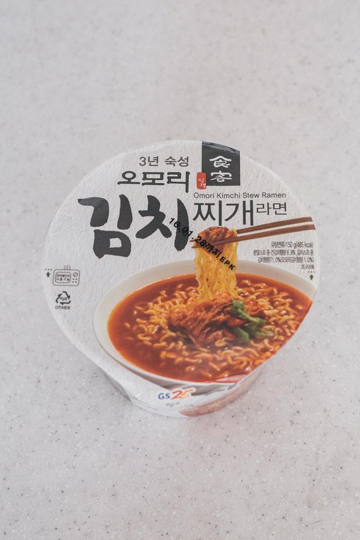首先要介紹的是韓國便利商店龍頭GS25中的熱賣款 與漫畫「食客」合作推出的品牌泡麵中的「泡菜鍋」口味