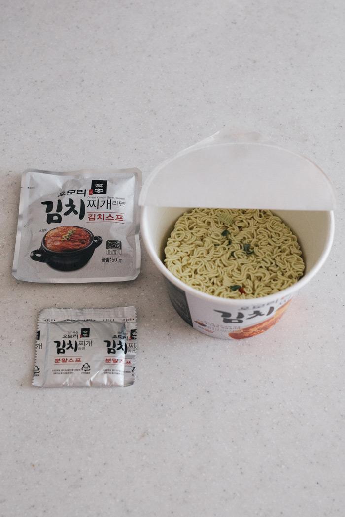 最近更改版推出了杯裝版 讓你美味不用等 在便利商店也能享受名家的泡菜鍋好滋味