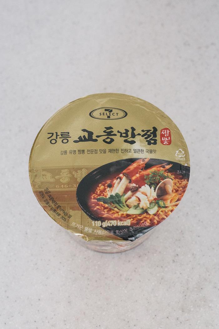 韓國7-11為了拼出市佔率 常推出別出心裁的即食品系列 這款也是7-11的野心之作 和江陵名店校洞飯店合作推出的香辣海鮮湯麵