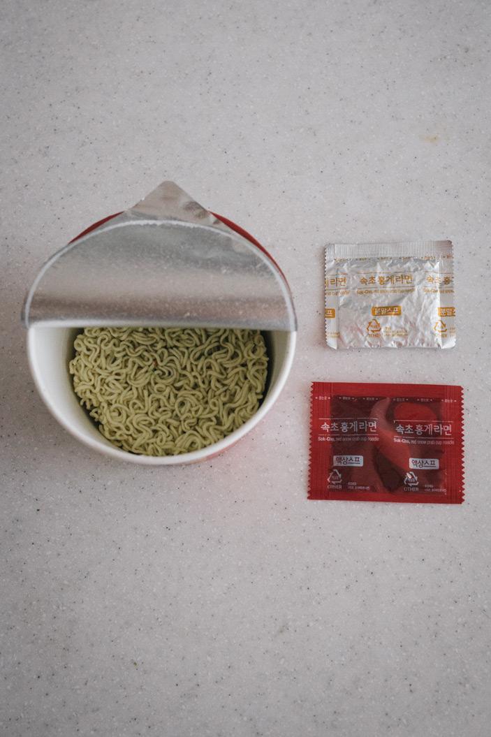 內容物則較前兩款介紹的泡麵簡單 就是基本款的調味粉末包