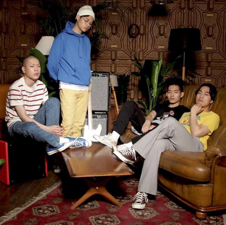 「Hyukoh(혁오)」是主唱「吳赫(오혁)」、貝斯「任東建(임동건)」、吉他「任玄奇(임현제)」和鼓手「李仁宇(이인우)」這四個 1993 年生的大男生所組成的獨立樂團。