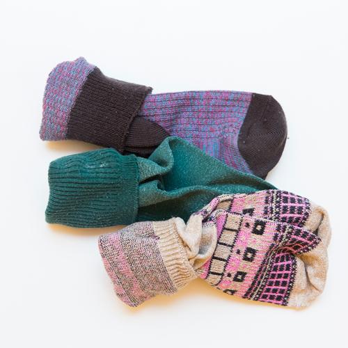 襪子的疊法就簡單多了,相信大部分人都會這樣捲起來吧!但這樣的捲髮只會撐大襪腰,襪子很容易穿著穿著就掉到腳下面了!