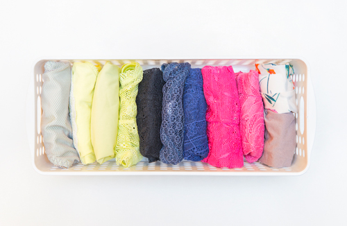 內褲和襪子都要像這樣豎著保管,而且豎著保管比平放更節省空間。