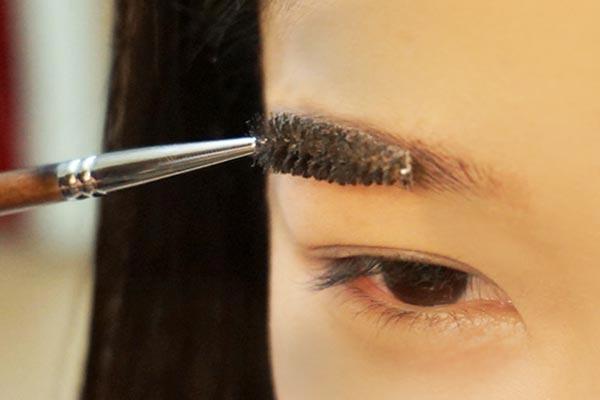 首先開始畫最近大熱的一字眉,先用眉刷沿著眉毛生長的方向從先往後把眉毛刷整齊。
