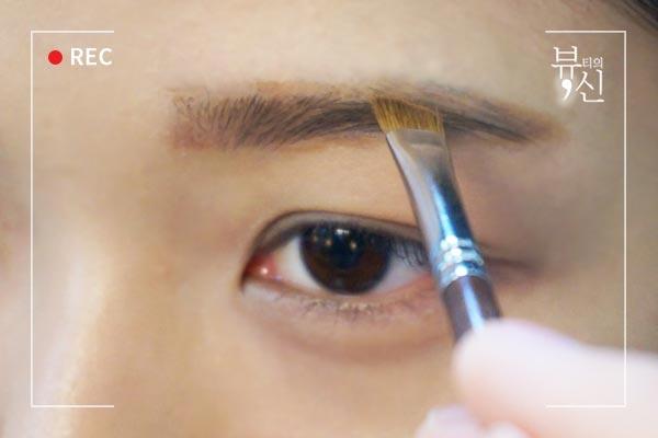然後再用眉刷沾取眉粉填滿中間部分,記住順著眉毛刷。
