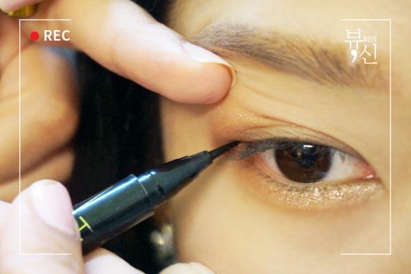 畫完眼影接下來就是眼線了,為了讓眼線看起來貼睫毛,用手稍微提著眼皮畫,眼線也不必畫太粗。