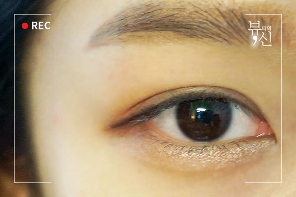 要想打造無辜眼妝,那眼尾的眼線一定不能上翹,要自然的下拉。