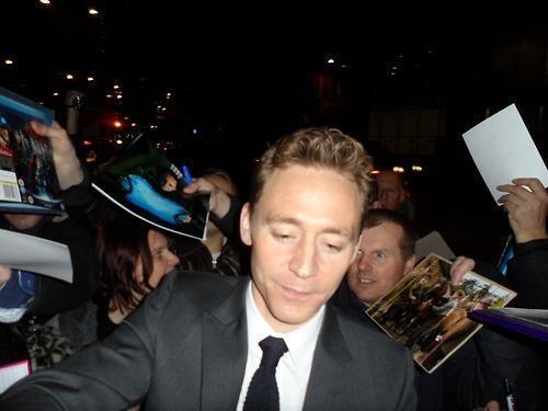 湯姆跟粉絲的關係好,常常給粉絲們簽名...