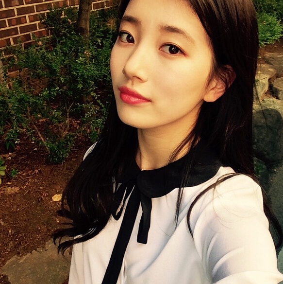 裴秀智是搞定長腿歐巴李敏鎬的女神,也是大韓民國的國民初戀。她是韓國女星中水光肌的代表,精緻、自然的白皙底妝玲瓏剔透,完美無瑕,只要塗上口紅、裸妝,顏值爆表。
