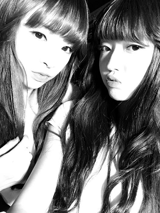 團員介紹就到這裡!現在來分享團員間一起拍的自拍照♡ Jin E 跟Yoo A也太美了, 導致小編眼睛的疲勞減少了5個。