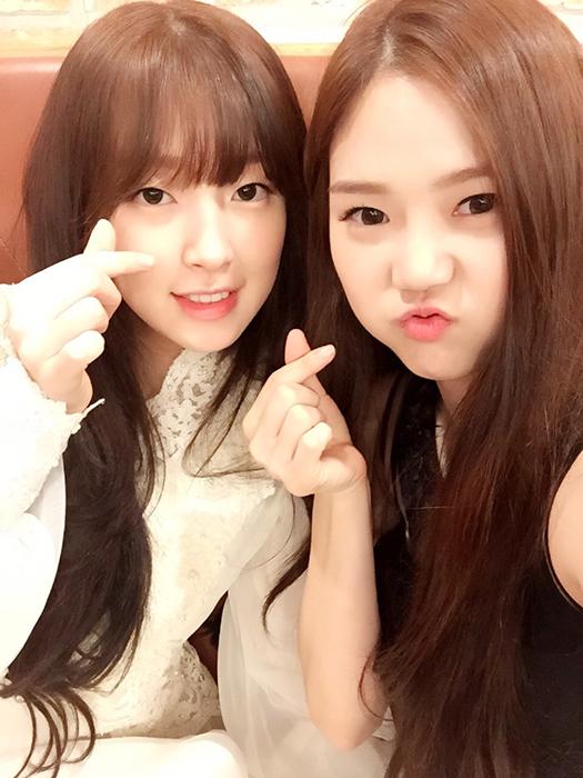 害羞的指出手指愛心的老么Arin 與大姐姐Hyo Jung