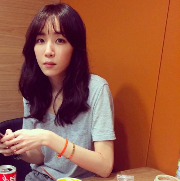 有在注意 K-POP 的人應該都認識她! 沒錯!就是作詞家「金伊娜(김이나)」。