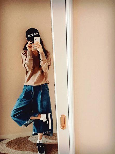 小編很喜歡她私底下這樣的穿搭,高跟鞋太辛苦了啦~