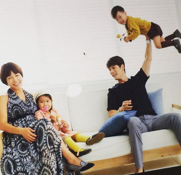 接下來要介紹的 則是2009年和音樂劇演員柳承珠(音譯)結婚的Ricky Kim