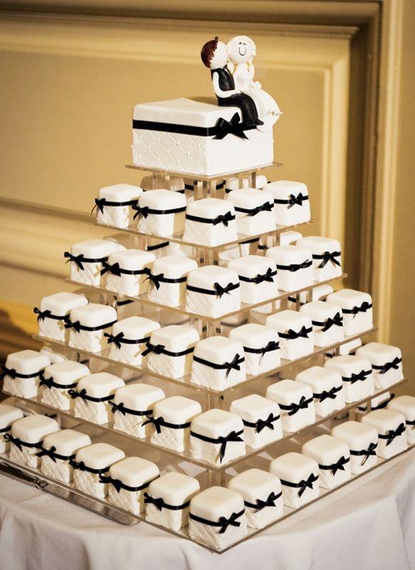 把小方型蛋糕一個個堆起來也是一個不錯的創意喲
