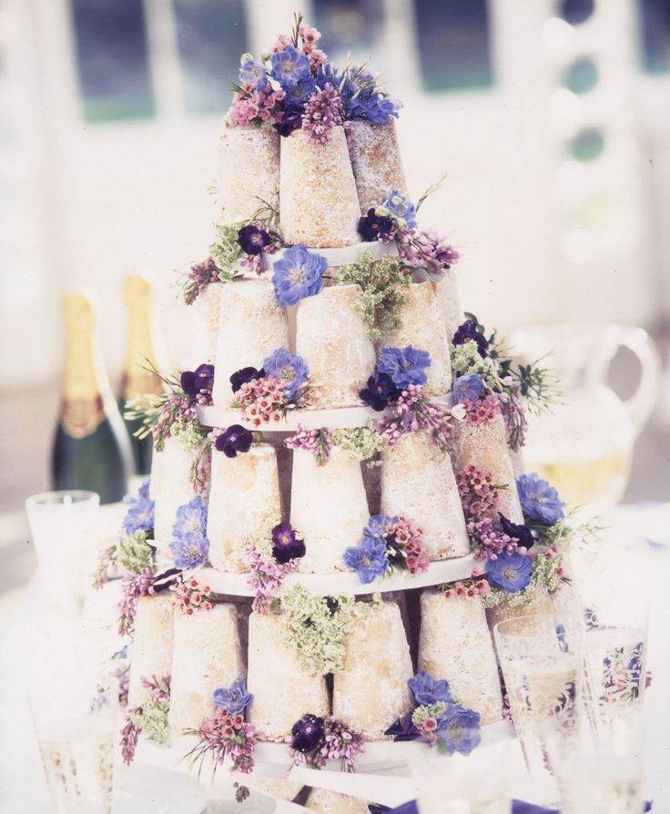 比起堆一堆泡芙 感覺堆一堆一塊一塊的蛋糕看起來更可口