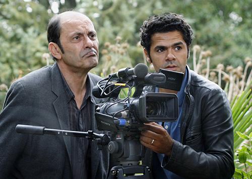 作為摩洛哥人的他,用一隻手臂,克服種種困難,最終成為法國人最喜愛的喜劇演員和導演。(佩服)