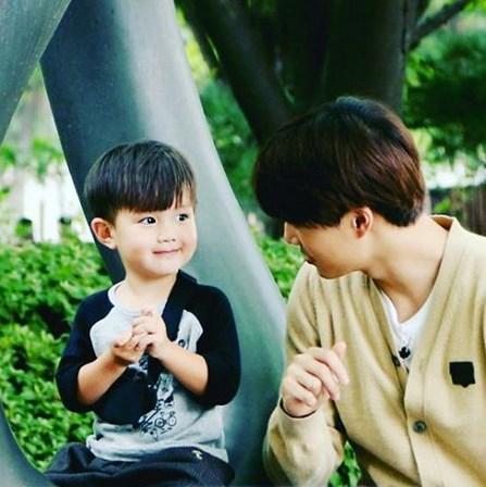 遺傳到爸爸帥氣的泰吳 也常被網友說長得像EXO的Kai   想必長大後又是個狙擊少女們心臟的帥氣歐巴啊~