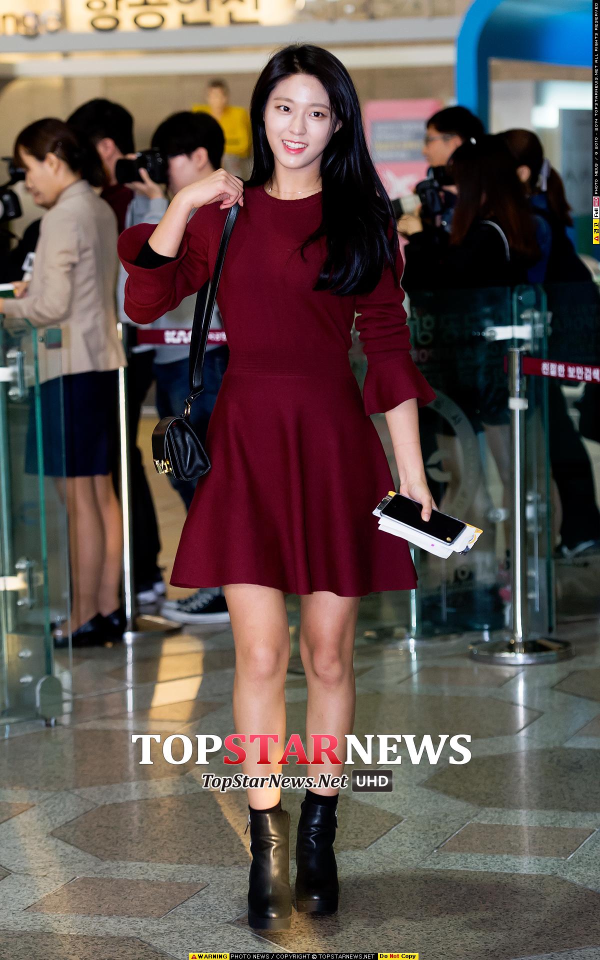 AOA雪炫在機場以今年秋冬時尚代表色「酒紅」做了最完整的示範,簡單大方的洋裝設計搭配短靴,真是賞心悅目。