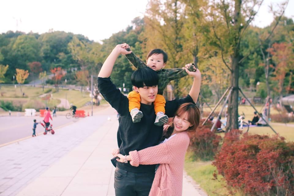 圖片中的女孩是韓國有名的臉讚媽媽「洪瑛琦」。