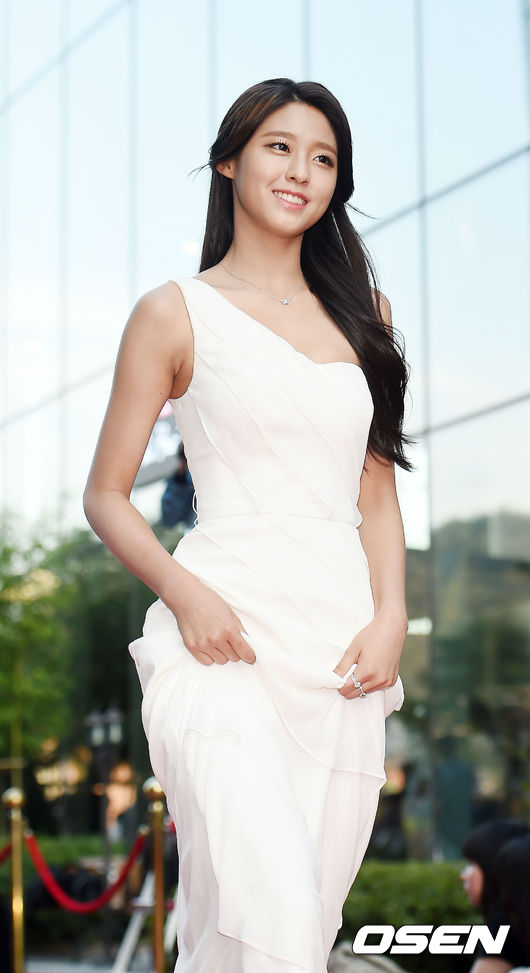 No.1 雪炫 最近因為完美的身材比例奪走許多男心的雪炫,不但接下了不少的廣告代言,也成為最近的話題女星之一,成為軍中情人第一名可以說是實至名歸啊!