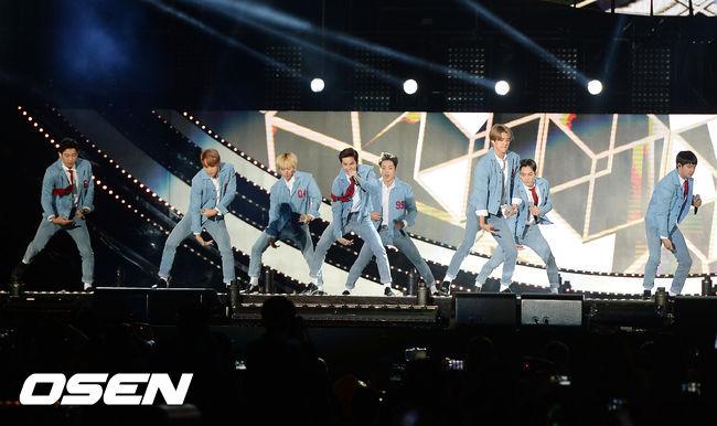 事情是這樣的,前幾周EXO受邀參加在首爾世界盃競技場舉辦的「One K Concert」演唱會