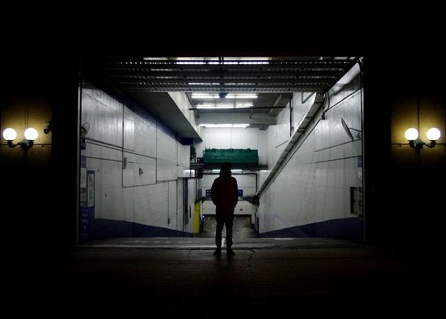 家裡的地下停車場門口站著一個陌生男人 1. 走向陌生男人 2. 避開陌生男人