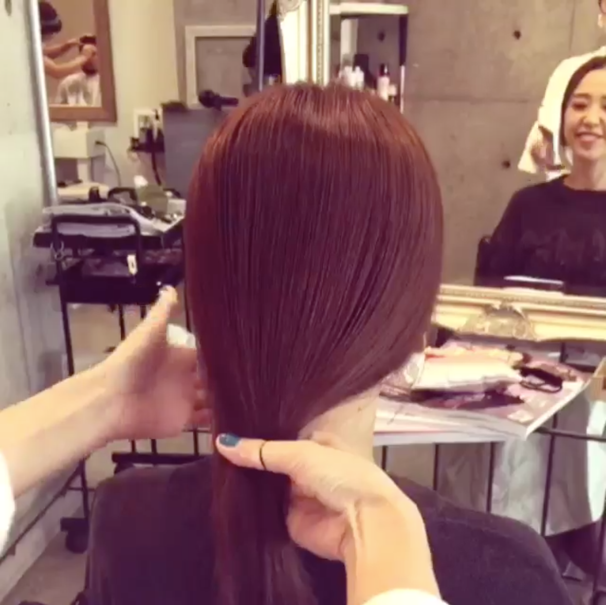 (1)首先就將頭髮依照習慣的方式,簡單的輕輕綁起,不要馬上綁死。