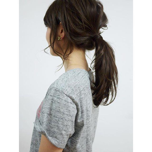 這樣的低馬尾,不管是直髮還是捲髮都可以駕馭得很好看喔〜直髮優雅、捲髮浪漫,不論上班還是約會,都能讓別人對妳留下深刻印象!